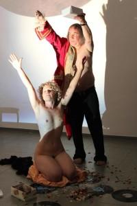 Helena realizando una performance